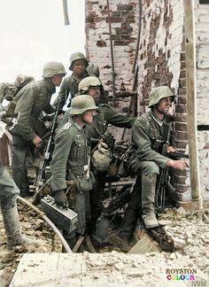 """Stalingrado, septiembre, octubre de 1942, soldados del 6º Ejército Alemán en la llamada """"Rattenkrieg"""" Imagen coloreada"""