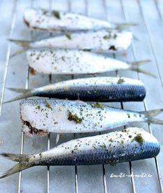 Sardine la gratar cu mujdei de usturoi cu rosii coapte Sardinia, Fish Recipes, Paella, Good Food, Meat, Cooking, Face, Drink, Projects