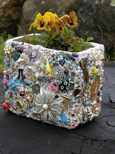 mosaic craft with old jewelry and toys Garden Crafts, Garden Projects, Craft Projects, Project Ideas, Craft Ideas, Garden Ideas, Decor Ideas, Diy Ideas, Mosaic Planters