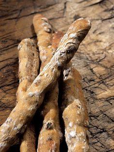 Flute. Elaboradas con  harina de trigo integral orgánica, sal marina, agua y masa madre, incorporando avellanas y pasas.
