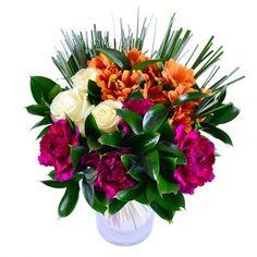 Яркие краски Каталонии, согретой южным солнцем, воплотились в роскошное трио бордовых гвоздик, молочных роз и оранжевых хризантем. Оно смотрится празднично и гармонично.