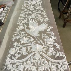 Antiques Linens & Textiles (pre-1930) White Dresser Scarf With Embroidered Flowers & Lace Edge Complete Range Of Articles