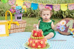 Mais uma tendência em ensaio fotográfico com bebês está conquistando as mamães: o Smash the Fruit. A ideia é parecida com o já badalado Smath the Cake, mas sem o bolo decorado. Desta vez as crianças se lambuzam com um banquete de deliciosas frutas, opção mais saudável e igualmente divertida.  A proposta do Smash the Fruit é estimular o tato, o olfato e o paladar. O bebê poderá sentir a textura, o cheiro e o gosto das frutas, muitas vezes pela primeira vez (nem todas as mamães oferecem as…