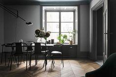 Plats för stort matsalsbord med tillhörande stolar - Roomly.se inredning på nätet