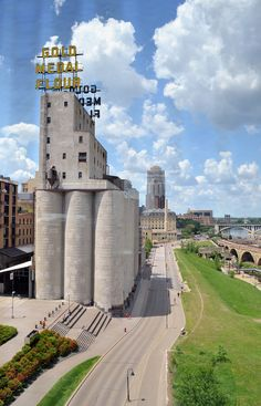 The Gold Medal Flour mill (Mill City Museum) along the banks of the Mississippi River, as seen from the Endless Bridge of the Guthrie Theater.  Guthrie Theater. Minneapolis, Minnesota.