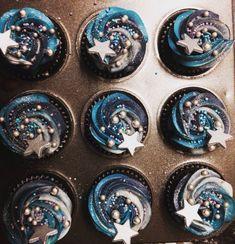 Moon and stars cupcakes . - Simone Schmidt - Moon and stars cupcakes . Moon and stars cupcakes More - Night Wedding Ceremony, Starry Night Wedding, Starry Nights, Deco Cupcake, Cupcake Cakes, Cupcake Frosting, Sweets Cake, Star Cupcakes, Galaxy Cupcakes