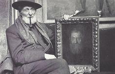 Kees van Dongen avec le portrait de son père, Paris, juin 1958. Photo par Jacques Henri Lartigue.