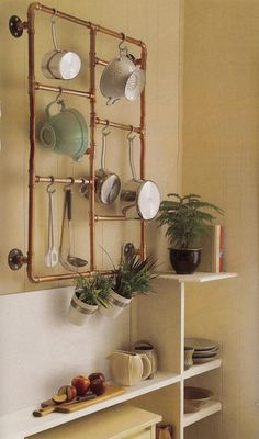 Use Copper Pipe This particular DIY pot rack may not be everyone's cup of tea. Personally, I think this copper pipe pot rack idea is genius. Copper Diy, Copper Pipes, Copper Tubing, Copper Table, Copper Crafts, Deco Studio, Deco Rose, Diy Regal, Diy Pipe