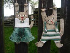Kočka a kocour na zavěšení / Zboží prodejce DoRa | Fler.cz Pottery Animals, Ceramic Animals, Clay Animals, Ceramic Decor, Ceramic Pottery, Ceramic Art, Ceramics Projects, Clay Projects, Cat Crafts