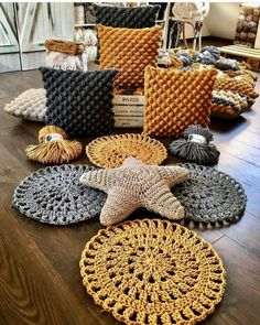 photograph individual_home_decor diger sayfalarim Crochet Cushions, Crochet Pillow, Diy Crochet, Crochet Pouf, Crochet Motifs, Crochet Stitches, Crochet Patterns, Crochet Home Decor, Handmade Home