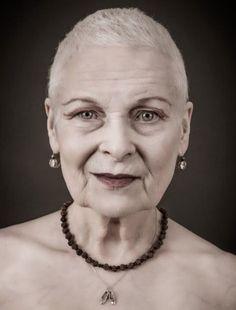 La stilista Vivienne Westwood con capelli rasati