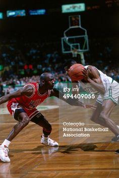 Fotografia de notícias : Reggie Lewis of the Boston Celtics handles the...