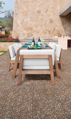 Piso tipo piedra en tonos cafés para exterior. La textura es antiderrapante. Sus tonos cálidos lucen increíbles con muebles para jardín en madera.