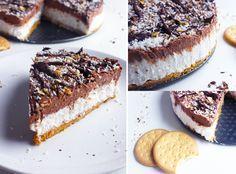Tarte choco coco Ingrédients: – 2 boites de lait de coco ( avec un minimum de 50% d'extrait de coco) – 1 brique de crème de coco – 90 g de sucre en poudre + 2 cas – 180 g de chocolat noir – 250 g de biscuits de votre choix – 120 g de margarine végétale – 120 g de noix de coco rapée