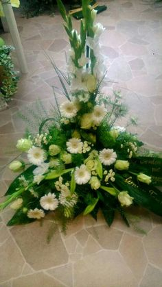 Bukett Grave Flowers, Altar Flowers, Church Flowers, Funeral Flowers, Church Flower Arrangements, Rose Arrangements, Beautiful Flower Arrangements, Beautiful Flowers, Flower Bouquet Wedding