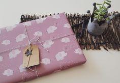 Geschenkpapier mit Elefanten-Motiv und Pusteblumen in Rosa-Tönen