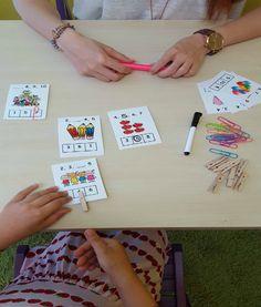 Σ' αυτή τη δραστηριότητα το παιδί ασχολείται με ποσοτικές, αριθμητικές έννοιες και την σειρά των αριθμών. Επιπλέον, χρησιμοποιώντας συνδετήρες ή μαναταλάκια δουλεύει τη λεπτή κίνηση. Αφού εκ…