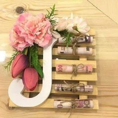 Flower Table Decorations, Homemade Gift Baskets, Eid Cards, Diy Gifts, Handmade Gifts, Ramadan Gifts, Gift Wraping, Creative Gifts, Wedding Gifts