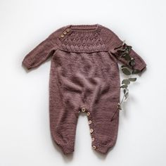 Vibe Buksedragt - Kvinners helse tips Knitting For Kids, Baby Knitting Patterns, Baby Boy Fashion, Kids Fashion, Baby Kids Wear, Baby Barn, Knitted Baby Clothes, Baby Pants, Baby Store