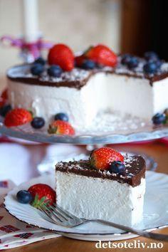 En Skumkake er en type godterikake, som jeg vet mange liker å se på kakebordet på 17. mai - kanskje spesielt barna! Kaken består av marengsskum som dekkes med sjokolade og kokosdryss. Med noe friske bær, er dette en kake som får veldig fine 17. mai-farger!
