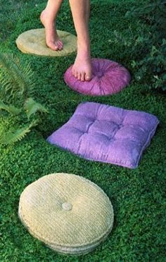 Tuffits: Concrete stepping stones which look like pillows! Concrete stepping stones that look like vintage pillows. Get old pillows, lather with petroleum jelly, cover with plaster of paris. once hardened, remove pillow and fill mold with concrete! Old Pillows, Vintage Pillows, Accent Pillows, Throw Pillows, Fluffy Pillows, Outdoor Projects, Diy Projects, Outdoor Crafts, Concrete Stepping Stones