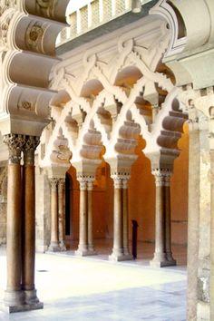 Arches from Aljaferia´s Palace, zaragoza, Spain. Arcos del Palacio de la Aljafería, Zaragoza, España.