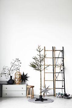 House Doctor Nature bamboe ladder and stars @ tutze. Summer Christmas, Christmas Interiors, Noel Christmas, Scandinavian Christmas, Modern Christmas, Christmas And New Year, All Things Christmas, Simple Christmas, House Doctor