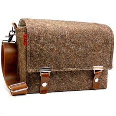 A tweed camera bag! nom. Now is it practical when shooting a wedding?  not sure... methinks I need to see it in person! ;)
