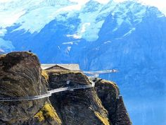 Outdoor Travel adventure Der Cliff Walk auf der First in Grindelwald. Types Of Food, Outdoor Travel, Places To Go, Wanderlust, Hiking, Adventure, Mountains, Cliff, Swans