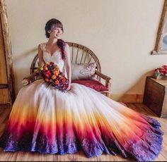 Zum Niederknien: Eine Braut aus den USA hat dieses Brautkleid in Regenbogenfarben selbst gemacht - mit einer Airbrush-Technik.