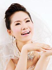 HÌnh ảnh Lương Bích Hữu xinh như công chúa với nét mặt tươi tắn, nụ cười rạng rỡ, hồn nhiên với trang phục áo cưới