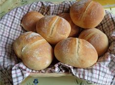 Bardzo smaczne, delikatne bułeczki pszenne, śniadaniowe. Bułeczki mojego dzieciństwa. Polecam :) Składniki na 9 bułeczek każda po 10 d... Pan Bread, Bread Baking, My Favorite Food, Favorite Recipes, Bread Recipes, Cooking Recipes, Bread Rolls, Fabulous Foods, Cookie Desserts