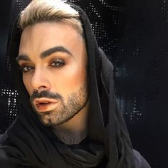 Gender neutral makeup 50 Dudes That Prove Smoky Eyes and Glitter Are Gender-Neutral Wavy Haircuts, Cute Haircuts, Round Face Haircuts, Haircuts For Men, Rock Makeup, Male Makeup, Beauty Makeup, Makeup For Men, Androgynous Makeup