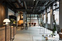 Den miljö som skapats inspirerar och bjuder in till möten. Gedigna och exklusiva material har med elegans blandats med en rå och industriell känsla som ger en känsla av New York och förtagets rötter. Vårt varumärke står för kvalitet och lyx och vårt nya kontor i Göteborg är en spegling av detta.