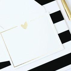 Coleção Exclusiva VIPAPIER ® . Sofisticado, o cartão social, é também uma excelente dica de presente🎁 Pode ser usado para enviar recados,agradecer, fazer convites e parabenizar . S H O P O N L I N E: setembro // 16 . #amovipapier❤️#VIPAPIER#luxurydesign#cartõessociais#luxo#papelaria#papelariadeluxo#papelariafina#amopapelaria#cartõesdemensagem#luxoempapelaria#gold#hs#foil#boatarde #friday #friyay #socialcard #finestationery #coração #heart #love #lovepaper #paper #station...