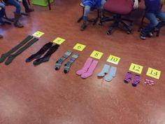 rekenopdracht met sokken Tellen in sprongen van twee met sokken/ sorteren van groot naar klein