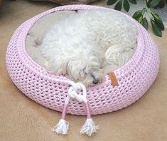Exklusive massgefertigte Hundebetten aus eigener Manufaktur, made in Switzerland Crochet Pet, Crochet Animals, Bean Bag Chair, Dog Cat, Cats, Design, Home Decor, Accessories, Dog Leash