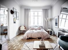 J'avais envie de partager avec vous ce joli studio cosy et féminin car je suis tombée en amour devant son espace chambre. Il y a...