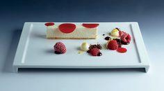 Čokoládový řez z bílé čokolády, maliny, malinové želé, citronový krém a čokoládová hlína : Radek David