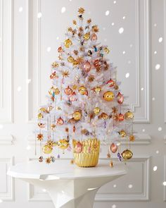 46 Unique Christmas Tree Ideas With Lighting. Once you have your Christmas tree up in your house, it may be all too tempting to rush into putting all the other decorations on the tree before the light. Creative Christmas Trees, Diy Christmas Ornaments, Christmas Balls, Christmas Tree Decorations, Gold Ornaments, Very Merry Christmas, A Christmas Story, White Christmas, Martha Stewart Christmas
