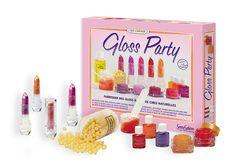 """""""Kreativ-Kit: Gloss Party""""  Mit dem Gloss Party Set den angesagten Lieblingsgloss herstellen. Ob mit Orangen-, Ananas- oder Pfirsichgeschmack, dank zartem Jojoba-Öl werden die Lippen weich und gepflegt. Zart rosa oder leuchtendes rot - mit dem Lippgloss sind die Lippen jederzeit voll im Trend.      ab 8 Jahren     für ein bis vier Personen"""