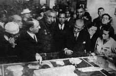 """Atatürk, Dolmabahçe Sarayı'nda düzenlenen """"Tarih Sergisi""""ni geziyor... 30 Eylül 1937"""
