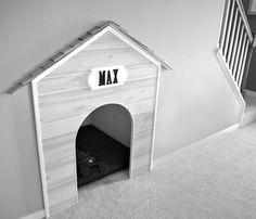 Indbygget hundehus under trappen