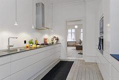Keittiö ilman seinäkaappeja - laatikostot molemmilla seinillä