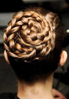 Comment réaliser la tresse couronne de Sienna Miller ? Encore plus d'idées de coiffures tressées...