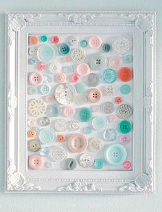 Quadrinho para parede com botões rosa, branco e azul.