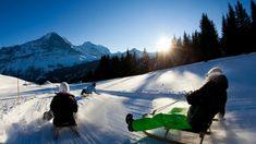 Mit etwas Verspätung ist der Winter in seiner ganzen Pracht bei uns eingetroffen. Höchste Zeit, die Schneehosen rauszuholen und die Schlitten parat zu machen. Und dann? Ab auf eine der zehn besten Schlittelpisten der Schweiz!