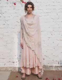 At Almara, we strive to provide with the best. Choosing pure or natural fabrics with clever ble India Fashion, Ethnic Fashion, Asian Fashion, Punjabi Fashion, Kurti Designs Party Wear, Kurta Designs, Pakistani Outfits, Indian Outfits, Indian Dresses