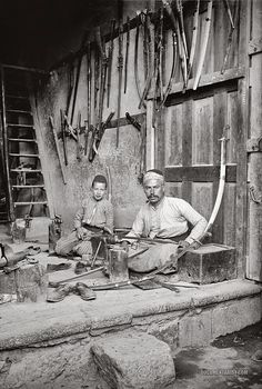 Sword maker in Damascus, Syria ca. Islamic World, Islamic Art, Old Pictures, Old Photos, Antique Photos, Vintage Photos, Naher Osten, Old Egypt, Cairo Egypt