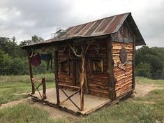 Many people consider a tiny house big living. Tiny houses have smaller sized everything. They have smaller appliances, smaller living. Cheap Tiny House, Tiny House Big Living, Rustic Shed, Rustic Decor, Backyard Cabin, Diy Cabin, Shed Cabin, Small Cottages, Small Cabins